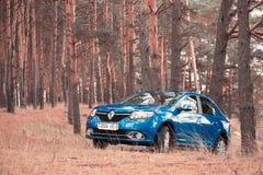 GOMEL, WEISSRUSSLAND - 18. OKTOBER 2016: Renault Logan Das Auto ist auf einem Hintergrund der Natur blau Lizenzfreie Stockbilder