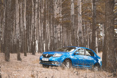 GOMEL, WEISSRUSSLAND - 18. OKTOBER 2016: Renault Logan Das Auto ist auf einem Hintergrund der Natur blau Lizenzfreies Stockbild