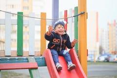 GOMEL, WIT-RUSLAND - 6 April 2017: de onbekende kinderen spelen op de speelplaats in de vroege lente stock afbeelding