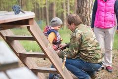 Gomel, Wit-Rusland - 30 April, 2017: Kabelstad voor een familievakantie in het platteland De familieconcurrentie om luchthinderni Royalty-vrije Stock Afbeeldingen