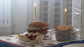 Gomel, Wit-Rusland - April 27, 2019: Pasen Pasen-cakes met kaarsen stock footage