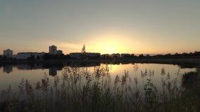 Gomel, Wit-Rusland de zonstijgingen van de stad bij dageraad stock videobeelden