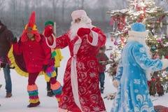 Gomel, Wit-Rusland - DECEMBER 25, 2016: De partij van nieuwjaarkinderen ` s bij de woonplaats van Santa Claus Kinderen die in de  Stock Fotografie