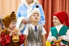 Gomel, Wit-Rusland - DECEMBER 20, 2017: Nieuwjaar` s vakantie voor kinderen in kleuterschool Kinderen 4 - 5 jaar Royalty-vrije Stock Foto's