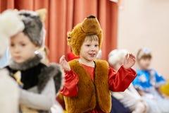 Gomel, Wit-Rusland - DECEMBER 20, 2017: Nieuwjaar` s vakantie voor kinderen in kleuterschool Kinderen 4 - 5 jaar Royalty-vrije Stock Foto