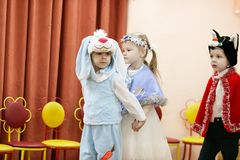 Gomel, Wit-Rusland - DECEMBER 20, 2017: Nieuwjaar` s vakantie voor kinderen in kleuterschool Kinderen 4 - 5 jaar Royalty-vrije Stock Afbeelding