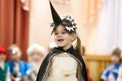Gomel, Wit-Rusland - DECEMBER 20, 2017: Nieuwjaar` s vakantie voor kinderen in kleuterschool Kinderen 4 - 5 jaar Stock Fotografie