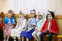 Gomel, Wit-Rusland - DECEMBER 20, 2017: Nieuwjaar` s vakantie voor kinderen in kleuterschool Kinderen 4 - 5 jaar Royalty-vrije Stock Afbeeldingen