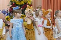 Gomel, Wit-Rusland - DECEMBER 22, 2016: Nieuwjaar` s vakantie voor kinderen in kleuterschool Kinderen 3 - 4 jaar Stock Afbeeldingen