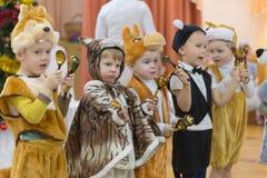 Gomel, Wit-Rusland - DECEMBER 22, 2016: Nieuwjaar` s vakantie voor kinderen in kleuterschool Kinderen 3 - 4 jaar Royalty-vrije Stock Foto's