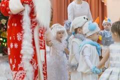 Gomel, Wit-Rusland - DECEMBER 22, 2016: Nieuwjaar` s vakantie voor kinderen in kleuterschool Kinderen 3 - 4 jaar Stock Foto's