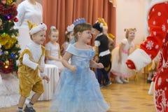 Gomel, Wit-Rusland - DECEMBER 22, 2016: Nieuwjaar` s vakantie voor kinderen in kleuterschool Kinderen 3 - 4 jaar Royalty-vrije Stock Afbeelding