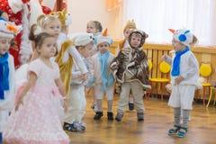 Gomel, Wit-Rusland - DECEMBER 22, 2016: Nieuwjaar` s vakantie voor kinderen in kleuterschool Kinderen 3 - 4 jaar Stock Foto