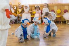 Gomel, Wit-Rusland - DECEMBER 22, 2016: Nieuwjaar` s vakantie voor kinderen in kleuterschool Kinderen 3 - 4 jaar Royalty-vrije Stock Afbeeldingen