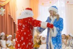 Gomel, Wit-Rusland - DECEMBER 22, 2016: Nieuwjaar` s vakantie voor kinderen in kleuterschool Kinderen 3 - 4 jaar Stock Fotografie