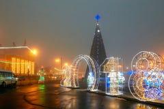 Gomel, Wit-Rusland - December 28, 2017: Nieuwjaar` s verlichting in het belangrijkste vierkant van de stad Kleine architecturale  Stock Foto