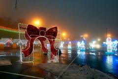 Gomel, Wit-Rusland - December 28, 2017: Nieuwjaar` s verlichting in het belangrijkste vierkant van de stad Kleine architecturale  Royalty-vrije Stock Foto's