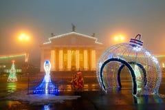 Gomel, Wit-Rusland - December 28, 2017: Nieuwjaar` s verlichting in het belangrijkste vierkant van de stad Kleine architecturale  Stock Afbeeldingen