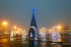 Gomel, Wit-Rusland - December 28, 2017: Nieuwjaar` s verlichting in het belangrijkste vierkant van de stad Kleine architecturale  Royalty-vrije Stock Foto
