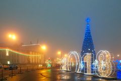 Gomel, Wit-Rusland - December 28, 2017: Nieuwjaar` s verlichting in het belangrijkste vierkant van de stad Kleine architecturale  Stock Foto's