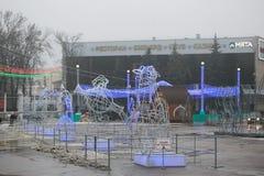 Gomel, Wit-Rusland - December 28, 2017: Nieuwjaar` s verlichting in het belangrijkste vierkant van de stad Kleine architecturale  Royalty-vrije Stock Afbeeldingen