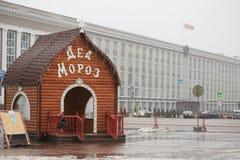 Gomel, Wit-Rusland - December 28, 2017: Nieuwjaar` s verlichting in het belangrijkste vierkant van de stad Kleine architecturale  Stock Afbeelding