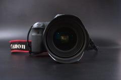 Gomel, Wit-Rusland - 22 Februari 2017: Canon-Camera - 6d met Sigmalenzen - 24 op de zwarte achtergrond Stock Afbeeldingen