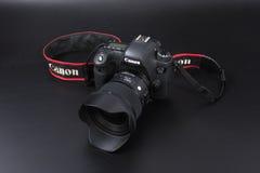 Gomel, Wit-Rusland - 22 Februari 2017: Canon-Camera - 6d met Sigmalenzen - 24 op de zwarte achtergrond Stock Afbeelding
