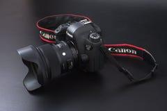 Gomel, Wit-Rusland - 22 Februari 2017: Canon-Camera - 6d met Sigmalenzen - 24 op de zwarte achtergrond Stock Foto