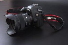 Gomel, Wit-Rusland - 22 Februari 2017: Canon-Camera - 6d met Sigmalenzen - 24 op de zwarte achtergrond Stock Fotografie
