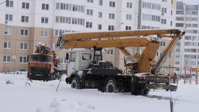GOMEL, WIT-RUSLAND - JANUARI 13, 2019: een vrachtwagen in de sneeuw wordt geblokkeerd die towing stock video