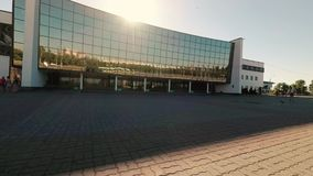 GOMEL, WIT-RUSLAND - Juni 20, 2018: De bouw van de sporten complex van het ijspaleis stock video