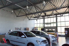 Gomel, Wit-Rusland - Juni 3, 2015: De officiële handelaar van Nissan - Motoren Autoworld, straat Khatayevich 32, Stock Foto's