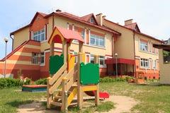 Gomel, Wit-Rusland - Juni 3, 2015: Nieuwe die kleuterschool in agro-stadsrood wordt geopend Stock Fotografie