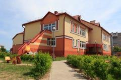 Gomel, Wit-Rusland - Juni 3, 2015: Nieuwe die kleuterschool in agro-stadsrood wordt geopend Stock Foto