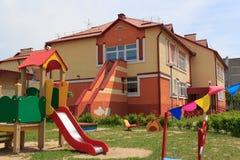 Gomel, Wit-Rusland - Juni 3, 2015: Nieuwe die kleuterschool in agro-stadsrood wordt geopend Royalty-vrije Stock Foto's