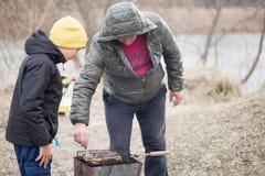 GOMEL, WIT-RUSLAND - 25 Maart 2017: Het kamperen Het koken op de grill Royalty-vrije Stock Afbeelding
