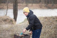 GOMEL, WIT-RUSLAND - 25 Maart 2017: Het kamperen Het koken op de grill Royalty-vrije Stock Foto's