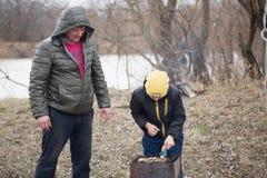 GOMEL, WIT-RUSLAND - 25 Maart 2017: Het kamperen Het koken op de grill Stock Afbeelding