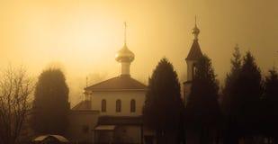 GOMEL, WIT-RUSLAND - Maart 8, 2017: Kerk van de Heilige Grote Martelaar George Zegevierend op een mistige ochtend royalty-vrije stock fotografie