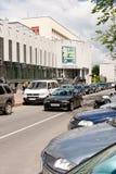 Gomel, Wit-Rusland, 18 MEI, 2010: De auto's dichtbij het huis van cultuur op de straat Lange worden geparkeerd die Stock Fotografie