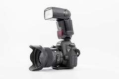GOMEL, WIT-RUSLAND - Mei 12, 2017: De camera van Canon 6d met lens op een witte achtergrond Canon is de wereld` s grootste SLR ca Stock Afbeelding
