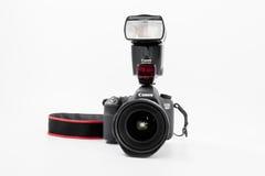 GOMEL, WIT-RUSLAND - Mei 12, 2017: De camera van Canon 6d met lens op een witte achtergrond Canon is de wereld` s grootste SLR ca Stock Foto