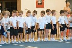 Gomel, Wit-Rusland - MEI 21, 2012: De concurrentie onder de jongens in 2006 - 2007 in gymnastiek Discipline - algemene fysieke op Royalty-vrije Stock Afbeelding