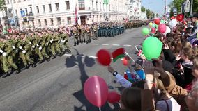 Gomel, Wit-Rusland - Mei 9, 2016: Mensen Sovjetmilitairen in uniform en ambtenaren betrokken bij de parade gewijd aan Victory Day stock footage