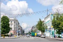 Gomel, Wit-Rusland, 18 MEI, 2010: Rijke verkeersauto's op de straat Sovetskaya Royalty-vrije Stock Foto