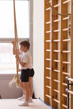 Gomel, Wit-Rusland - 12 November 2016: Sportencompetities in acrobatiek onder jongens en meisjes geboren in 2005-2006 Royalty-vrije Stock Afbeeldingen