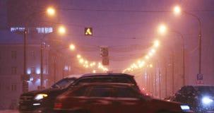 Gomel, Wit-Rusland Stadsverkeer op de Weg van Lenin in de Avondtijd van de de Winter Sneeuwsneeuwstorm stock footage