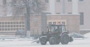 Gomel, Wit-Rusland Tractor schoonmakende sneeuw in dag van de de winter de sneeuwsneeuwstorm Pan, Panorama stock video