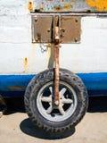 Gomma arrugginita della barca sulla spiaggia Fotografia Stock Libera da Diritti